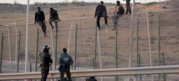 Más de 300 inmigrantes salen del CETI de Melilla hacia la península en dos días tras el último salto