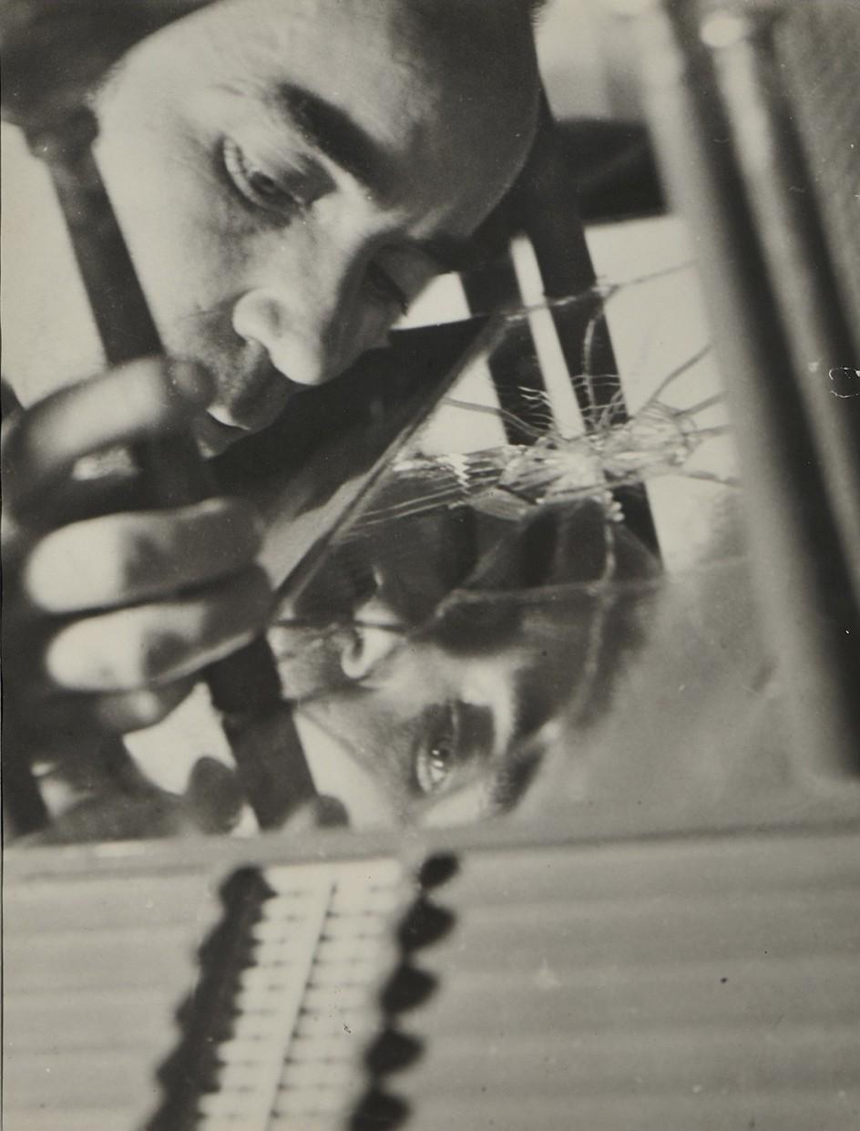 José Horna elaborando la maqueta de la casa de Edward James  [José Horna élaborant la maquette de la maison d'Edward James], Mexico, 1960. El arquitecto y pintor andaluz José Horna, retratado por su mujer. Ambos se conocieron trabajando en la revista anarquista Umbral: Semanario de la Nueva Era