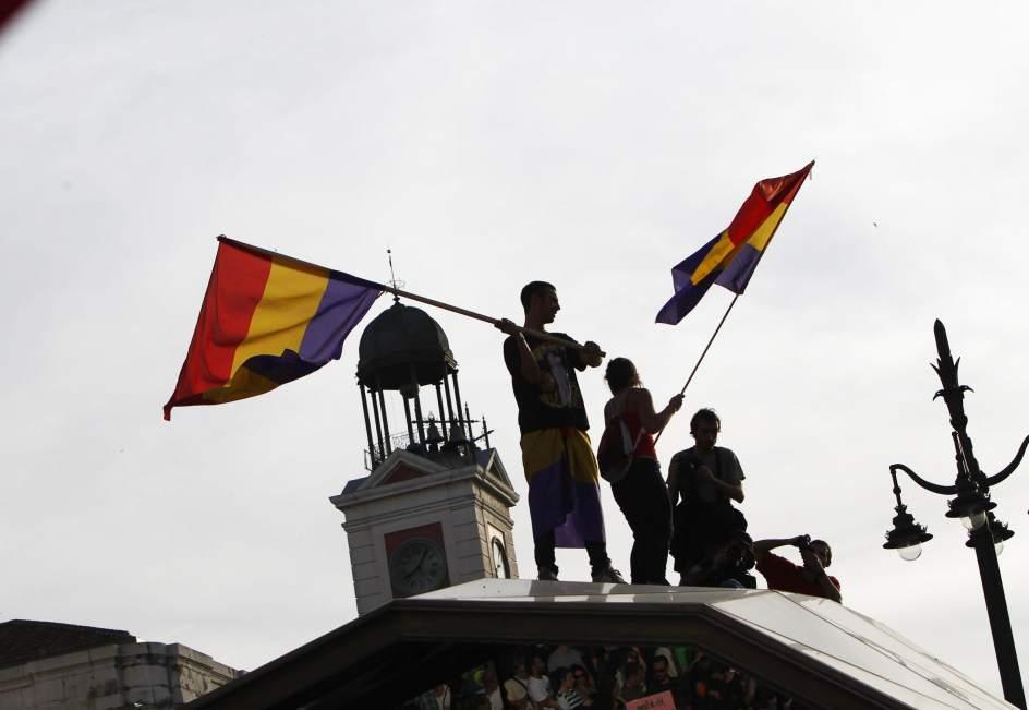 Fiesta republicana. En la manifestación en Sol se pudieron ver numerosas banderas tricolor y gente coreando consignas como