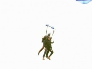 Bush se lanza en parapente
