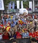 Aficionados en los aledaños del Bernabéu