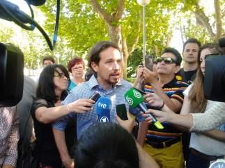Pablo Iglesias atiende a los medios