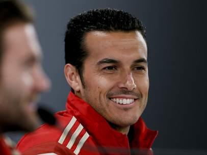 Pedro se ríe con Mata en una rueda de prensa