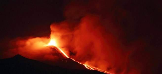 Una vista del volcán en erupción