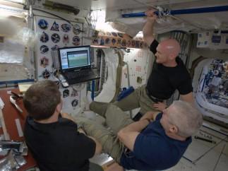 Partido de fútbol en el espacio