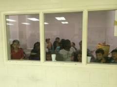 Un juez federal frena temporalmente las deportaciones de familias reunificadas
