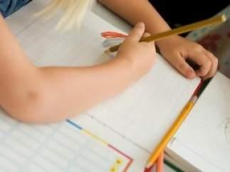 Una niña haciendo deberes