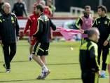 Cesc cede su peto a Xabi Alonso