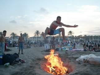 Las hogueras toman las playas de Valencia por San Juan