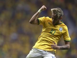 Neymar marca en el Camerún-Brasil