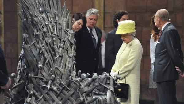 La reina Isabel II visita el set de 'Juego de tronos'