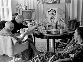 Pablo Picasso y William Hartmann, observados por Jacqueline.
