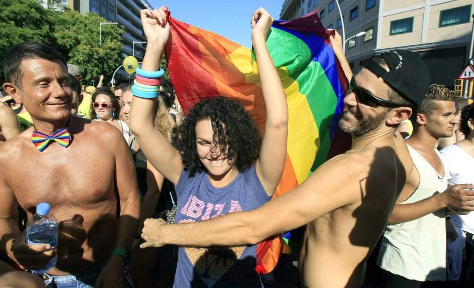 La embajada americana en Madrid iza la bandera del orgullo gay