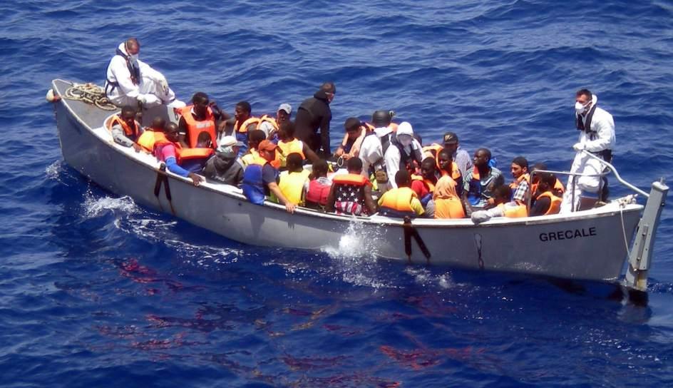 Rescatan a 14 inmigrantes de una patera en la costa de - Todo sobre barcos ...