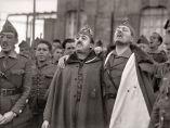 'Francisco Franco y Millán Astray abrazados mientras entonan cánticos legionarios'. Cuartel de Dar Riffien, 1926.