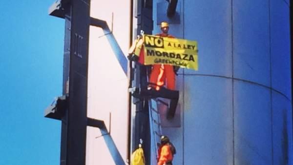 Activistas de Greenpeace en el Faro de Moncloa