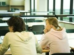 Dos estudiantes en clase