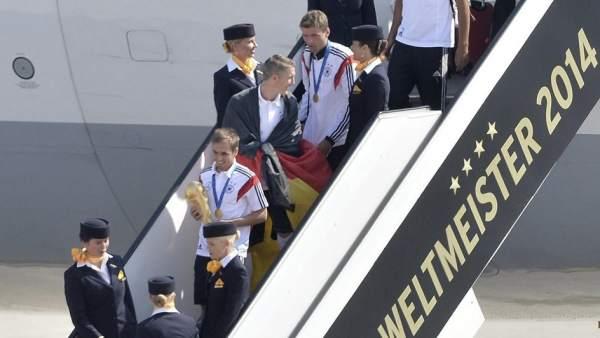 Lahm desciende del avión con la Copa