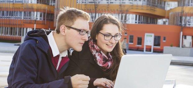 Jóvenes con ordenador