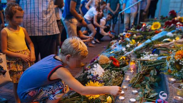 Velas y flores por el avión derribado en Ucrania