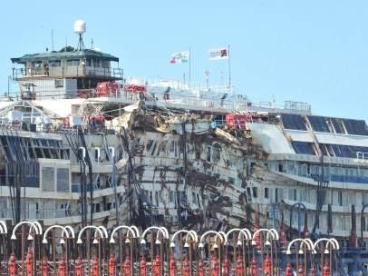 El 'Costa Concordia' llega a Génova