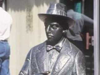 Estatua de Fernando Pessoa en Lisboa (Portugal)