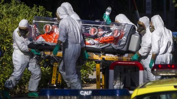 El religioso español contagiado de ébola llega al hospital Carlos III