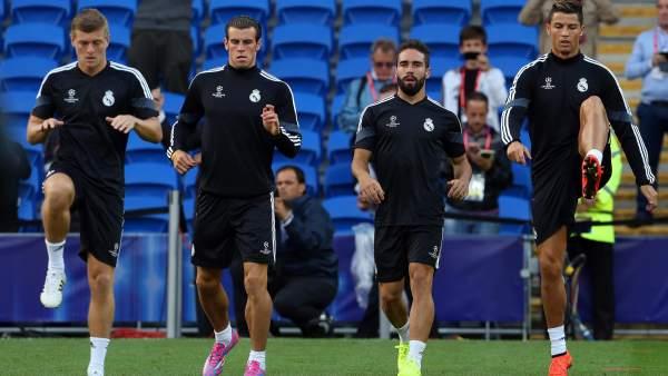 Los jugadores del Madrid durante el calentamiento