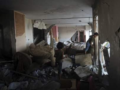 Ni�os entre escombros en Gaza