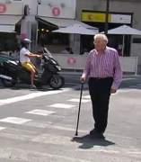 Persona mayor cruzando