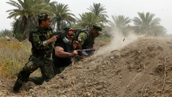 Milicias y soldados iraquíes contra los yihadistas