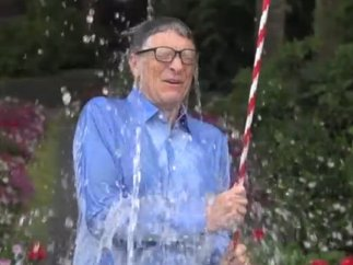 Bill Gates acepta el reto del cubo de agua helada por la lucha contra el ELA
