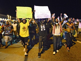 El lanzamiento de botellas frustra una noche de protestas pacífica