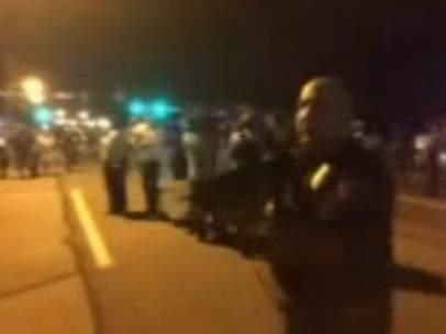 Policía de Ferguson apunta a manifestantes con un rifle