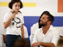 Ricky Martin con una de las ni�as del Centro Tau en Puerto Rico