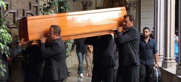 El féretro de Peret llega al Ayuntamiento de Barcelona.