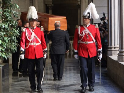 Agentes de la Guardia Urbana de Barcelona custodian la entrada de los restos mortales de Peret al Ayuntamiento de Barcelona