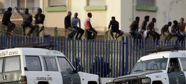 Inmigrantes encaramados a la valla de Melilla