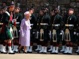 La reina Isabel II asiste a un acto conmemorativo en el castillo de Edimburgo, Escocia