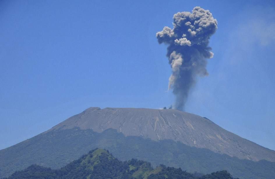 El volcán Slamet escupe ceniza