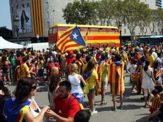 La plaza de Cataluña de Barcelona, llena de esteladas y senyeras