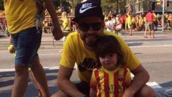 Gerard Piqué, jugador del Barça y pareja de la cantante Shakira, ha colgado en su perfil de la red social Facebook una imagen junto a su hijo Milan para desear una feliz Diada de Cataluña.