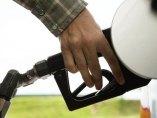 Un conductor en la gasolinera