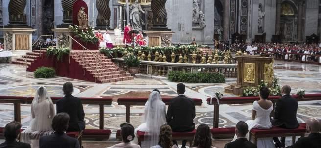 El papa oficia 20 bodas