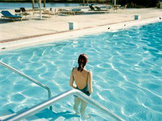 'Ginger Shore, Causeway Inn, Tampa, Florida, 17 de noviembre de 1977'. De la serie Uncommon Places