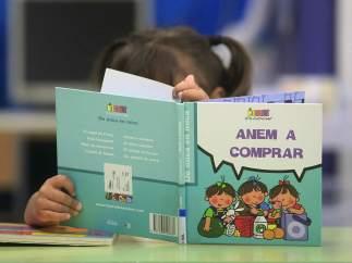 Una niña leyendo
