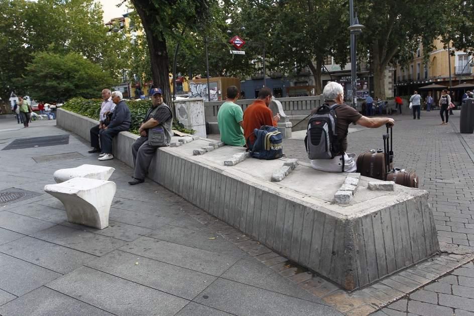 Los elementos antimendigos abundan en el centro de madrid for Mobiliario urbano tipos