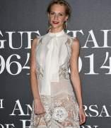 Poppy Delevingne ense�a su ropa interior en el 50 aniversario de Vogue Italia