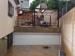 Derrumbe de un muro en un chal� por las lluvias