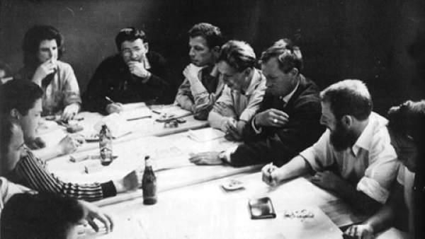 Guy Debord (centro, con jersey oscuro) y Asger Jorn (tercero por la  derecha) en una reunión de la IS en Goteborg (Suecia) en 1961.